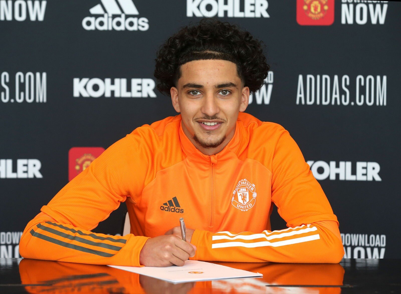 Charlie Savage and Zidane Iqbal sign first professional contract at Manchester United - Bóng Đá